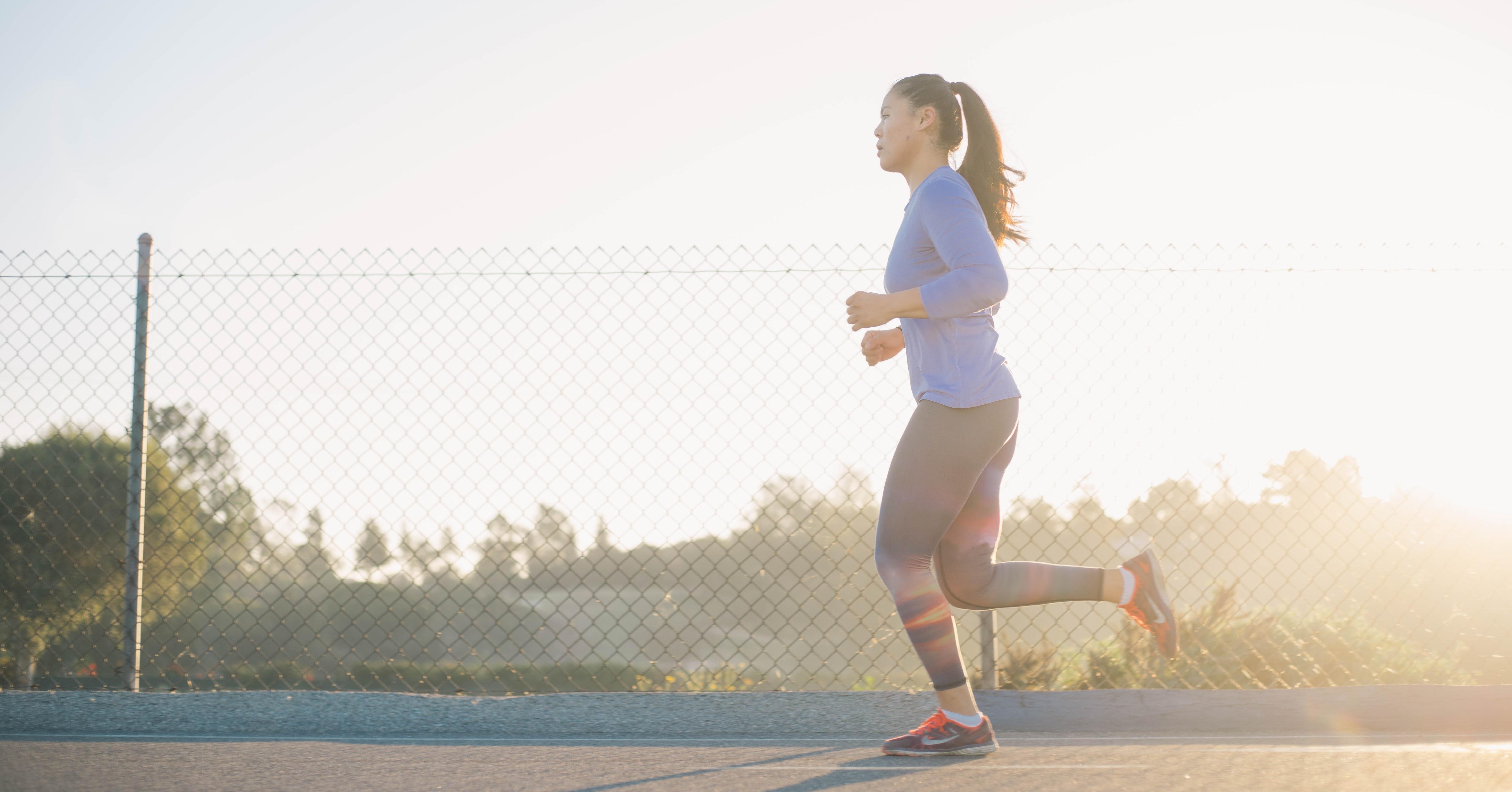woman-running_cbd-fr_bienfaits_chanvre_cannibidiol_cbd